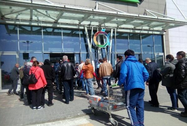 «Покупателей пускают группами»: в Волгограде на пороге строительного магазина выстроились очереди
