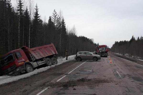 На счастье, в стоявшей на обочине легковой машине, в которую врезался грузовик, никого не было