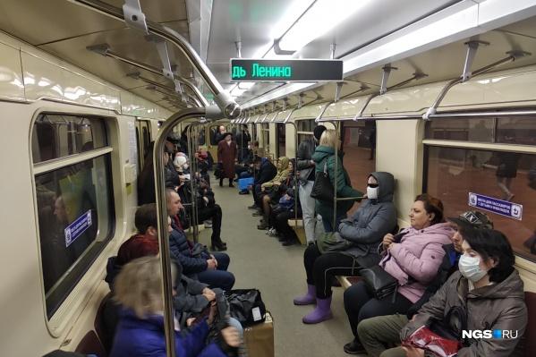 Еще на прошлой неделе в метро было пустовато: люди сидели на приличном отдалении друг от друга, между ними было даже больше рекомендованных 1,5 м. Как сегодня — можно увидеть на этом фото
