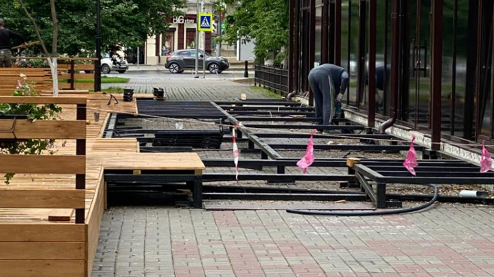 В центре Ростова после жалоб горожан демонтировали летнее кафе
