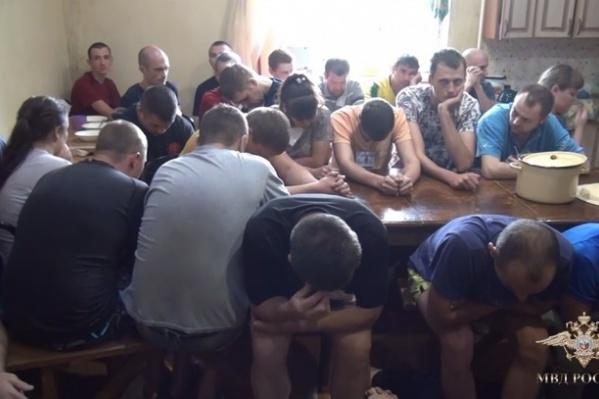 Наркоманов и алкоголиков приковывали наручниками к кроватям и запрещали им общаться с родственникам