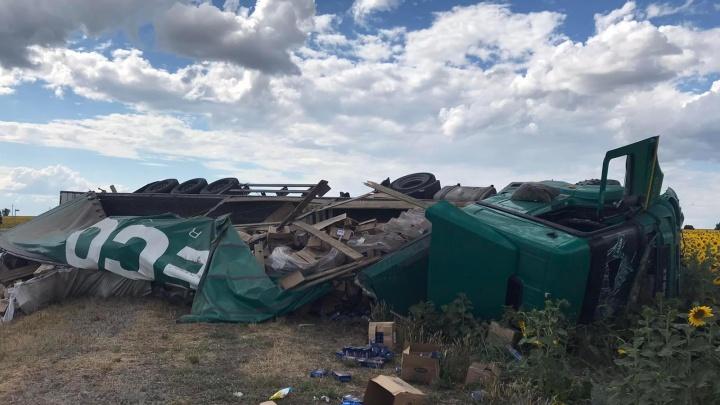 Макароны разбросало по дороге: на трассе в Самарской области перевернулся КАМАЗ