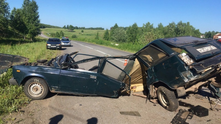 «Жигули» разорвало пополам после удара об отбойник: погиб один из пассажиров
