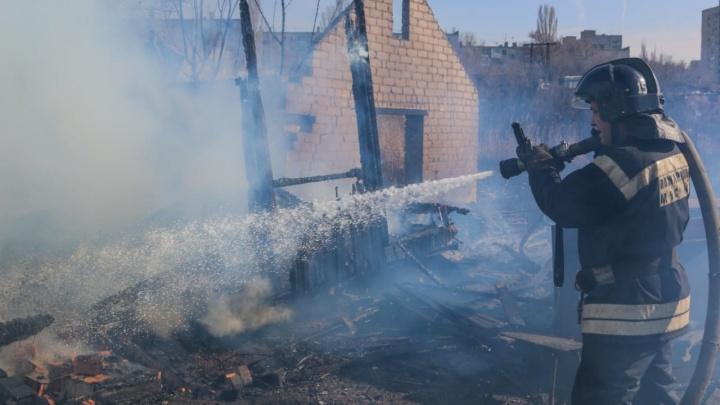 Успела позвонить дочери и рассказать о пожаре: в Волгограде в коттедже заживо сгорела женщина