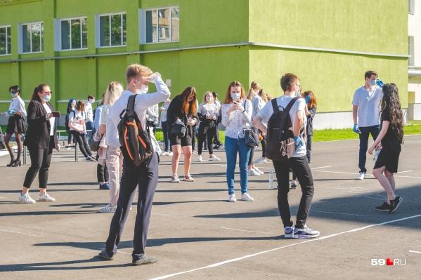 Среди требований был запрет на ношение школьниками сланцев и некоторых аксессуаров