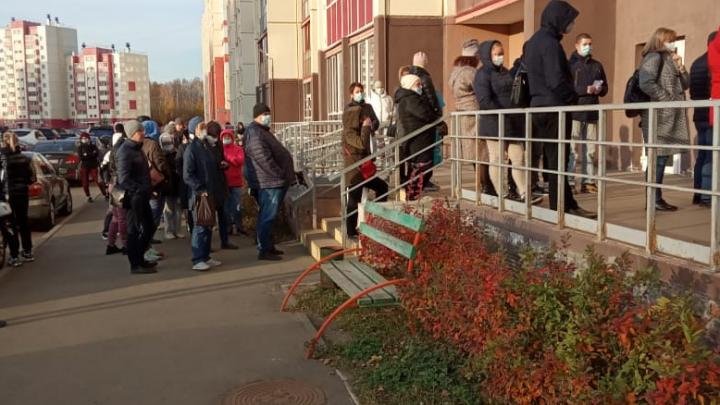 В Челябинске пациентов с ОРВИ, выстроившихся в огромную очередь, отправили в другую поликлинику