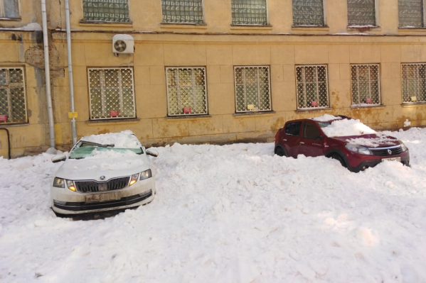 Три машины припарковали вплотную к зданию