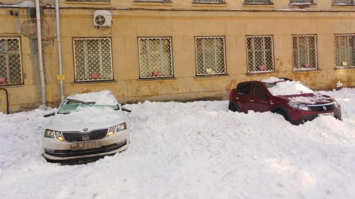 Снег сошёл с крыши штаба Сибирского военного округа и разбил три машины