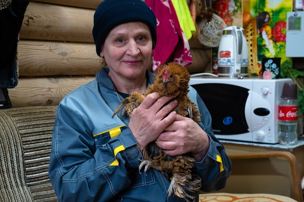 Нина Ивановна с курицей Рыжухой