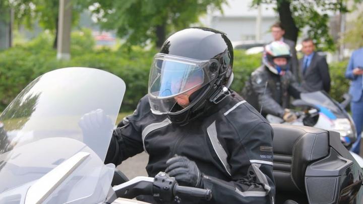 Губернатор Кузбасса рассказал про любимый вид транспорта. Оказывается, он предпочитает ездить быстро