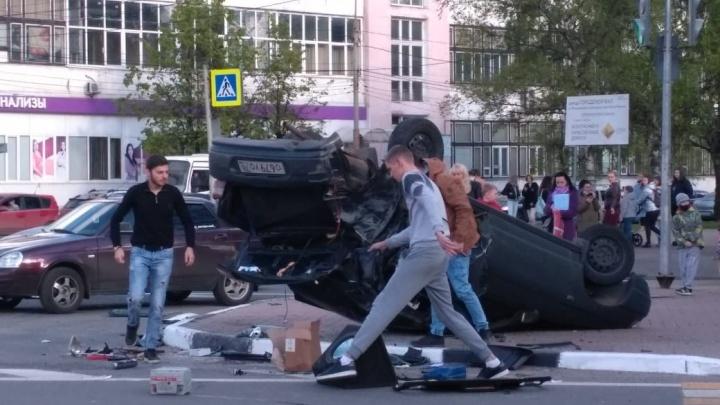 «Машина летела на людей»: у ресторана «Углич» автомобиль вынесло на тротуар