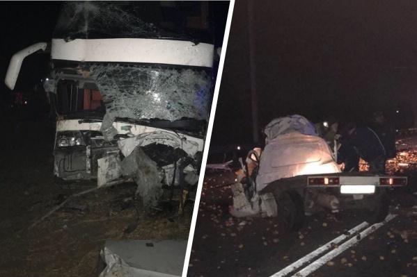 Водителя и двух пассажиров автобуса госпитализировали