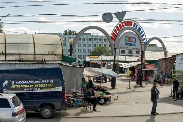 Корпуса бывшего 9 ГПЗ можно увидеть прямо с территории Кировского вещевого рынка