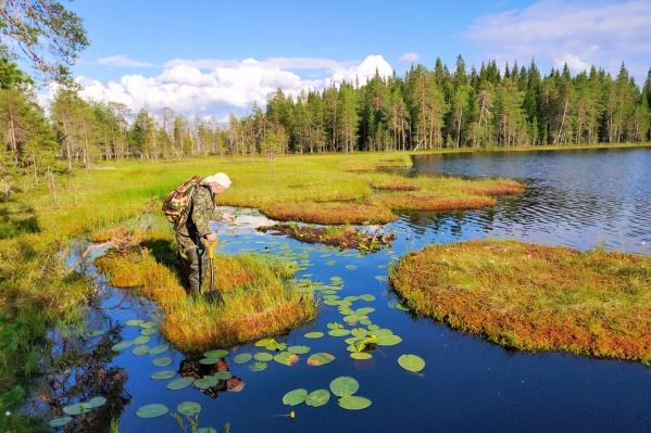 Небольшое озеро рядом с рекой Кушкушара может полностью превратиться в болото. Участник экспедиции чуть не лишился здесь сапога