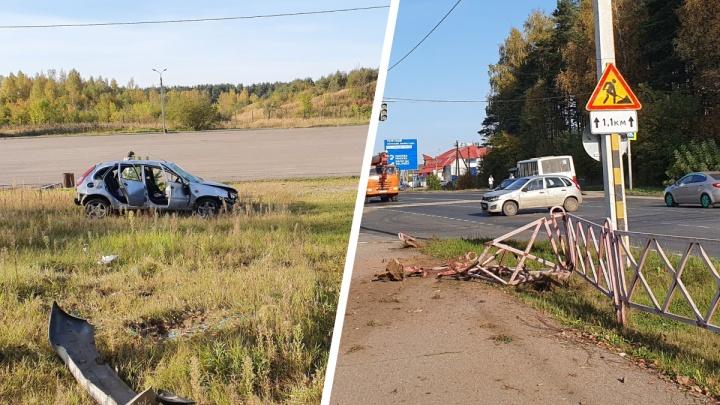 Забор не спас: в Ярославле машина пробила ограждение и вылетела на газон