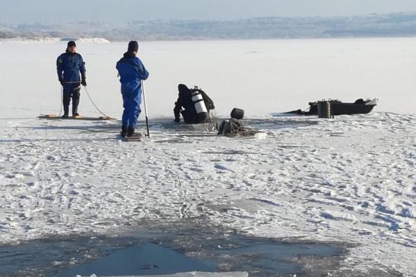 Мужчина провалился под лед, когда ехал намотобуксировщике
