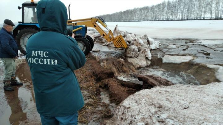 В Башкирии талыми водами затопило дорогу