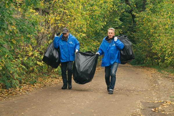Огромные пакеты заполняли мусором за считаные минуты