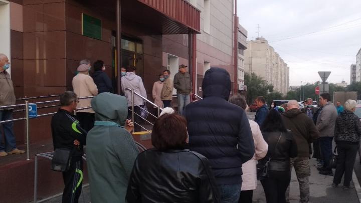«Коллапс в медицине»: курганцев возмутили длинные уличные очереди в поликлинику