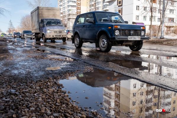Участок улицы Карпинского весь в ямах и колеях