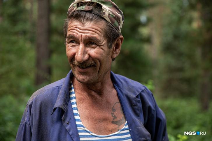 Гумар — один из трёх мастеров долблёнок в Юрт-Акбалыке<br>