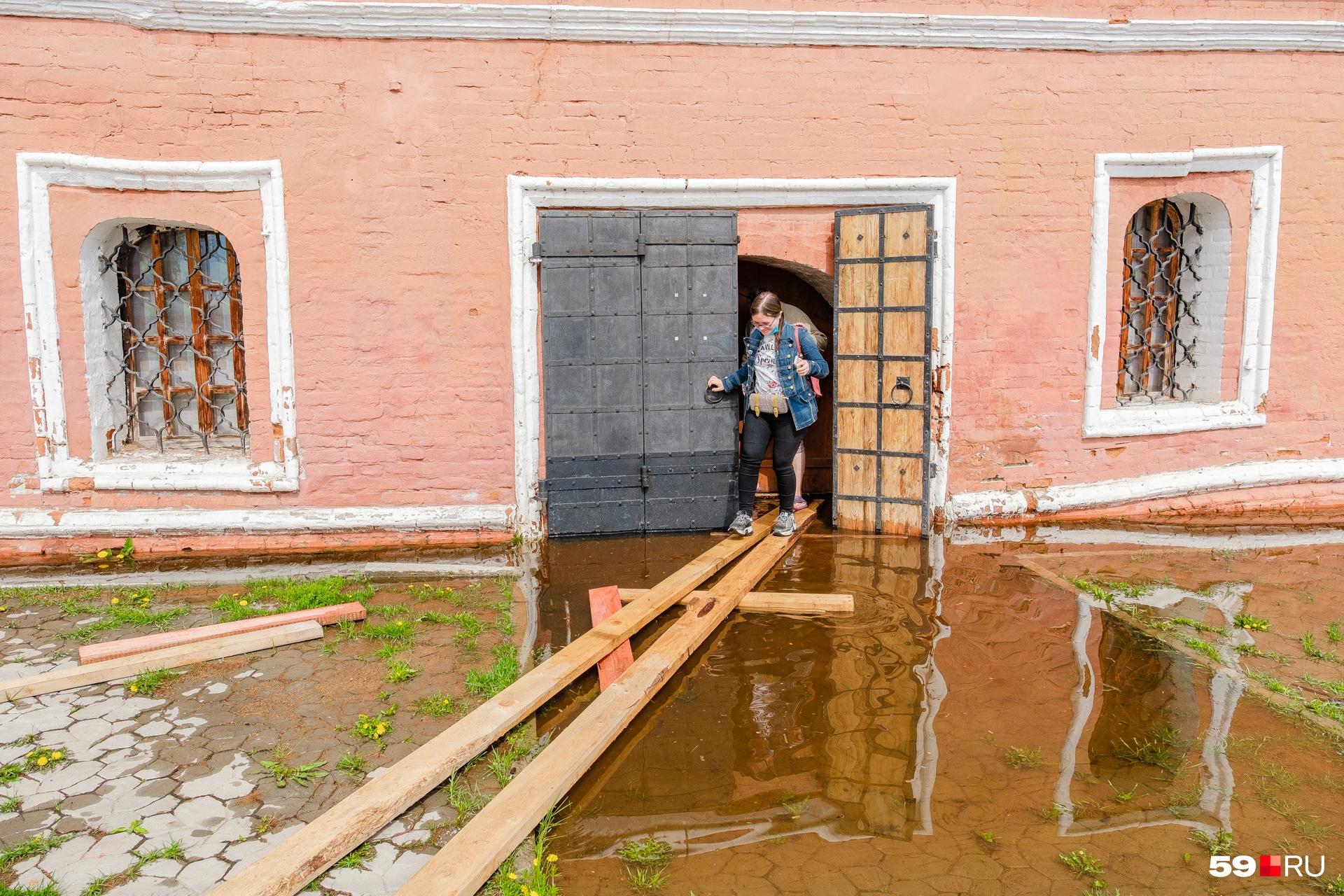 По такому помосту, сделанному Ольгой, заходим в здание