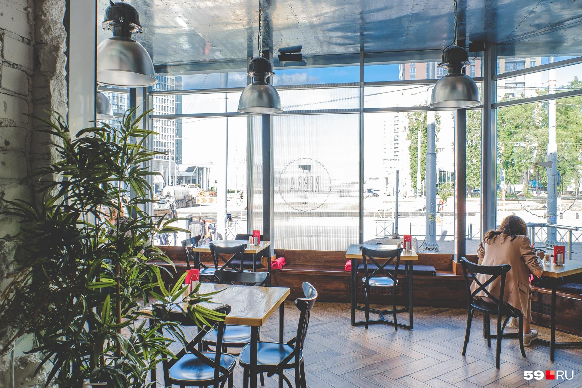 Ресторан Rebra на перекрестке Революции и Сибирской превратился в летник: для этого убрали стекла из панорамных окон