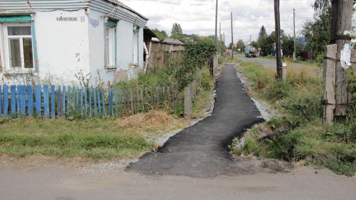 «Тротуар как отдельный вид искусства»: на Старой Московке уложили очень кривую пешеходную дорожку
