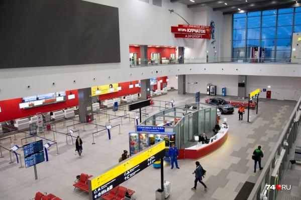 Сотрудники аэропорта говорят, что постоянно просят пассажиров надеть маску