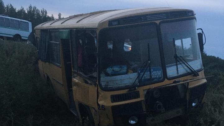 В Омской области автобус с тринадцатью пассажирами врезался в грузовик при обгоне