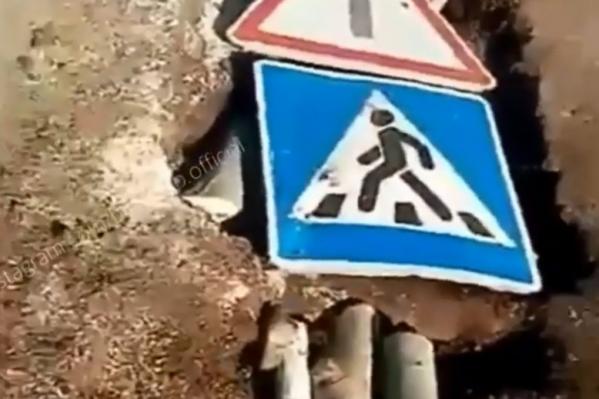 Таким образом были залатаны дорожные ямы в деревне Норкино
