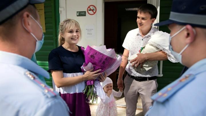 «Пришлось бы рожать на дороге»: в Перми полицейские помогли семейной паре добраться до роддома