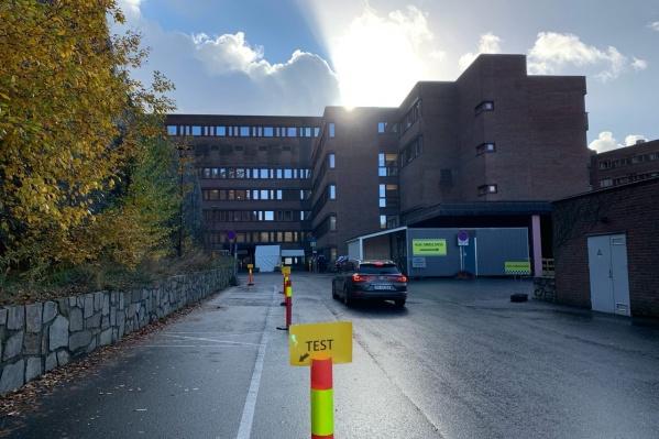 Эта фотография сделана перед городской больницей. Попасть туда сейчас можно, только если предварительно записаться. Таблички указывают, что здесь можно сделать тест на коронавирус