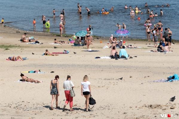 Из-за жары волгоградцы досрочно открыли пляжный сезон