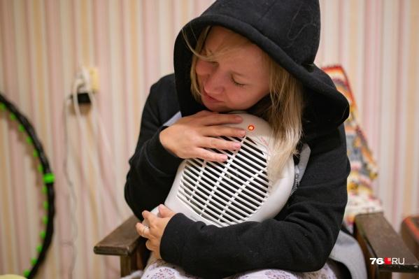Ярославцам приходится самим находить источники тепла, чтобы не замерзнуть в этом холодном мае