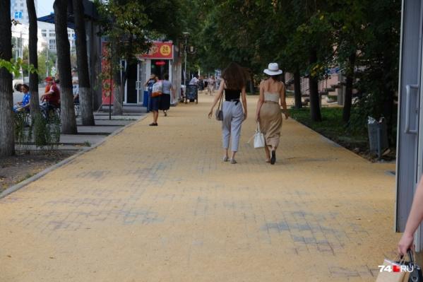 Алое Поле. Хотя, глядя на фото, можно подумать, что это улица в приморском городе, ведущая к пляжу