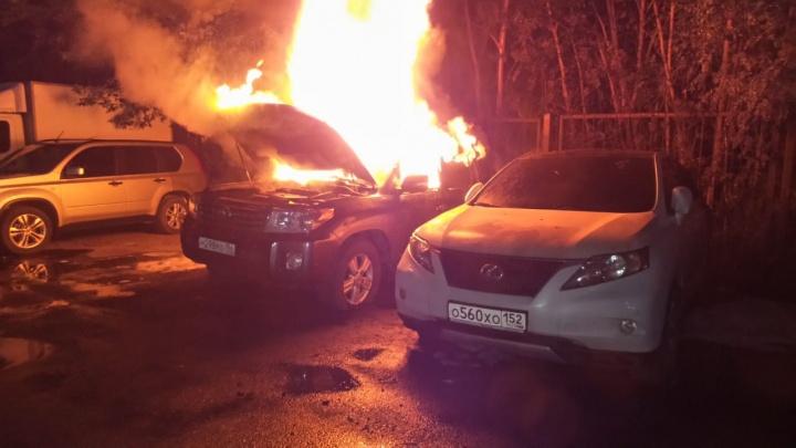 В Екатеринбурге на штрафстоянке сгорели Toyota Land Cruiser и Lexus 350