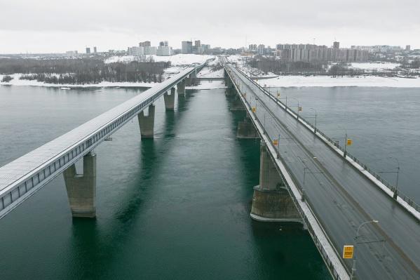 Когда-то вечно простаивающий в пробках Октябрьский мост сегодня пуст — его фотографию с высоты сделал новосибирец