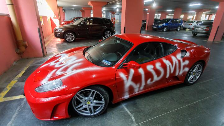 «Я не молюсь на нее. Это просто машина»: волгоградцу изрисовали Ferrari словом из трех букв