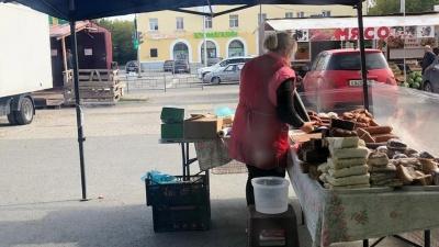 На рынке в Берёзовском колбасу мыли тряпкой, чтобы лучше продавалась. Публикуем видео