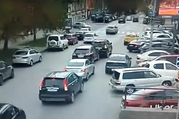 Toyota Land Cruiser Prado сдал задом и врезался в стоящий за ним Lexus RX