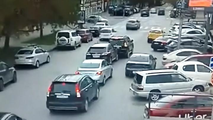 Очередная автоподстава? Водитель «Ленд-Крузер-Прадо» сдал назад и врезался в «Лексус» — как это было