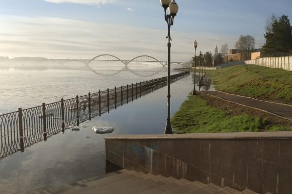Нижний ярус рыбинской набережной скрылся под водой
