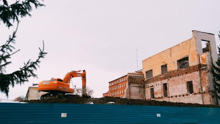 В Омске снесли часть 90-летнего корпуса СибГУФК. Ее пообещали восстановить в прежнем виде
