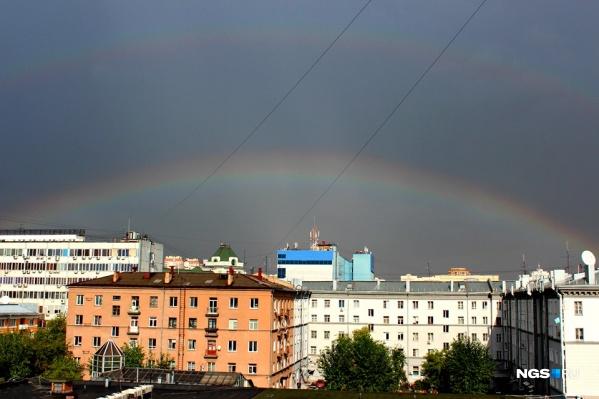 Двойная радуга, которую было видно из окна редакции НГС