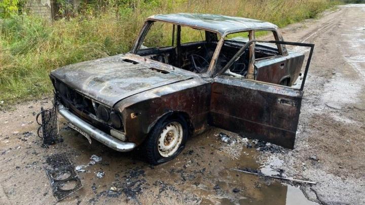 «Водитель был внутри»: в Ярославле дотла сгорела машина. Видео
