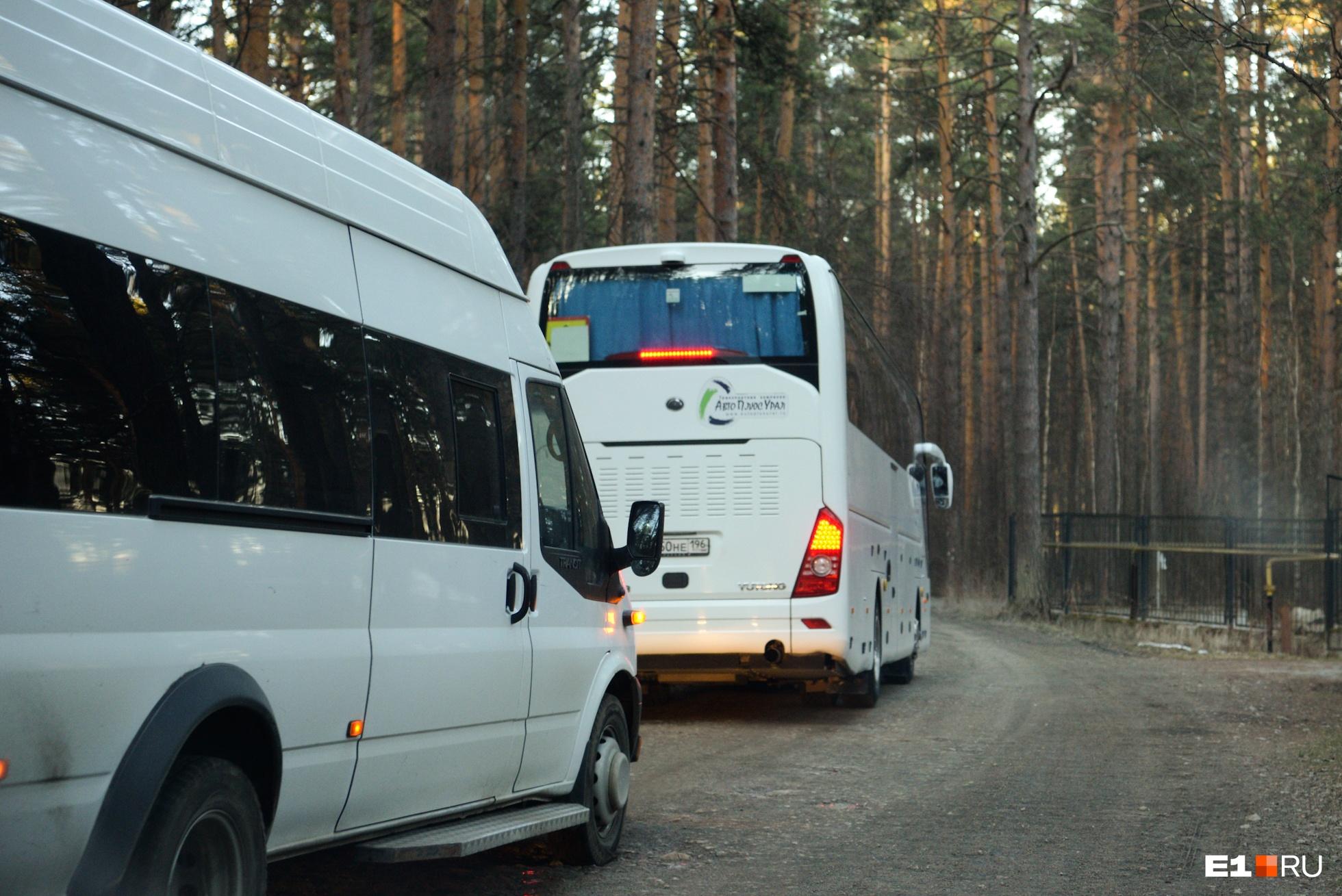 На трёх автобусах людей увезли на базу отдыха «Остров сокровищ»