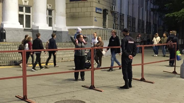 Курганцев просят уйти с площади Ленина