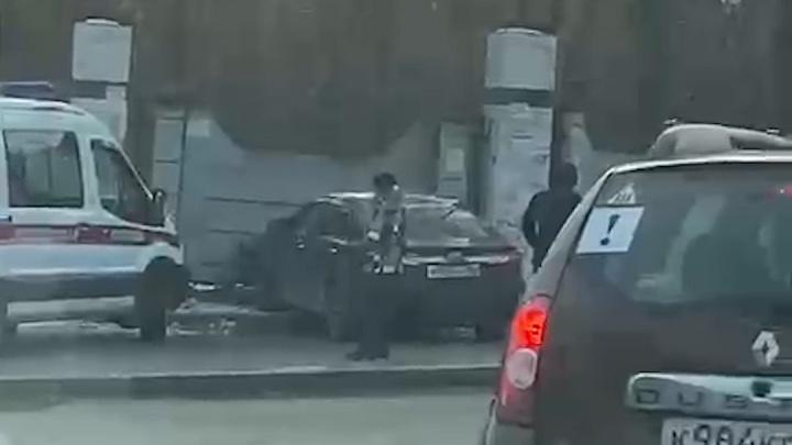 В Екатеринбурге Toyota вылетела на тротуар и врезалась в забор кладбища