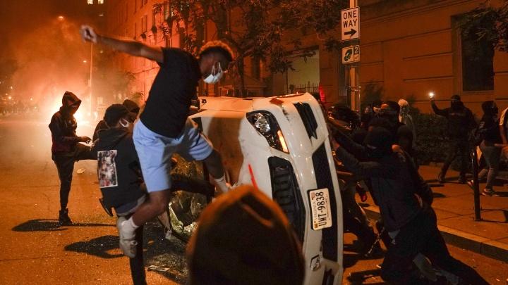 «Полицейские два раза крикнули, а потом просто убили его»: американист — о причинах беспорядков в США